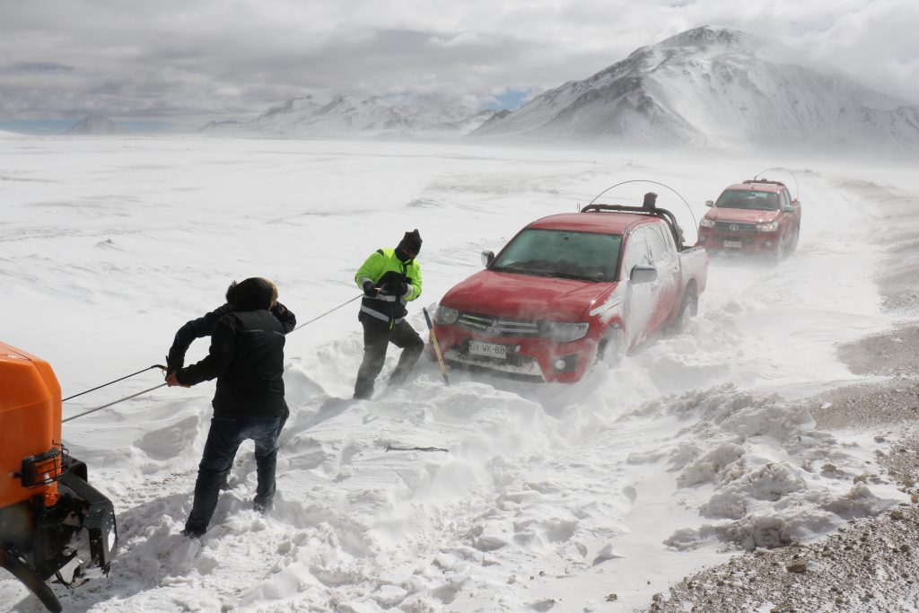 Helping one of the 4x4s through the snow drift when nearly at the top. (Credit: R. Timmermans)